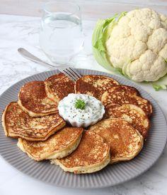 Att göra blomkålsbiffar är väldigt enkelt. De är så himla goda, vegetariska och kan ätas ihop med en sallad och t ex tzatziki, ajvar relish eller guacamole. Calzone, Greens Recipe, Tzatziki, Muesli, Guacamole, Cauliflower, Pancakes, Keto, Lchf