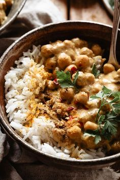 A meal made with simple ingredients, full of spices to give flavor: this chickpea curry is ready in 15/20 minutes! Best Italian Recipes, Indian Food Recipes, Ethnic Recipes, Vegan Dinners, Lunches And Dinners, Healthy Chicken Recipes, Vegetarian Recipes, Vegan Chickpea Curry, Vegan Comfort Food