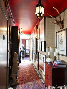 note ceiling Designer Scot Meacham Wood considers his entryway an introduction to the many things he loves: layers of texture and color, books, art, and chinoiserie. Design Entrée, Wood Design, Design Concepts, Design Trends, Design Ideas, House Design, Foyer Decorating, Interior Decorating, Decorating Ideas