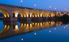 PUENTE DE MÉRIDA, Extremadura. Puente romano, considerado el más largo de la antigüedad, que cruza el río Guadiana. Construido en tiempos de Trajano (98 - 117 d.C.) Longitud 790M
