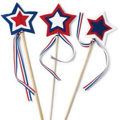 Star Spangled Wavers Kids Craft for Memorial Day How are you going to celebrate Memorial Day with your family? Gear up for your weekend BBQs and celebrations or even your local parade with these fun star batons for your kids! Boys and girls love … Summer Crafts, Holiday Crafts, Summer Fun, 4th Of July Parade, July 4th, February, 4. Juli Party, Labor Day Crafts, Year Of Independence