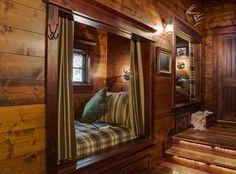 beépített ágy. / Álomotthonok: bájos faház vízparton, fák között