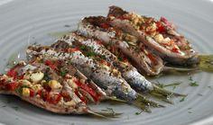 Σαρδέλες γεμιστές με τυρί φέτα, πιπεριές και αρωματικά στο φούρνο. Όλοι θεωρούμε τις ψητές σαρδέλες ως τον ιδανικό μεζέ με τη μπυρίτσα ή το κρασάκι μας με Greek Recipes, Fish Recipes, Cookbook Recipes, Cooking Recipes, How To Cook Fish, Mezze, Weight Watchers Meals, Fish And Seafood, I Foods