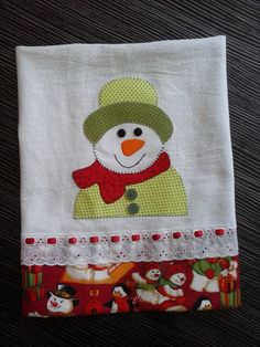 Pano de prato de natal boneco de neve, muito lindo para presentear no natal Applique Towels, Hand Applique, Hand Embroidery, Machine Embroidery, Christmas Towels, Christmas Sewing, Christmas Crafts, Sewing Crafts, Sewing Projects