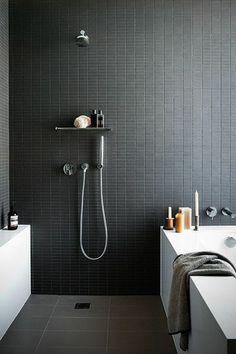 carrelage gris anthrcite pour les murs dans la salle de bain