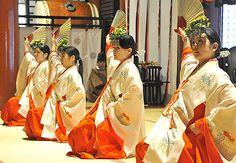 倭楽の奉納で、優雅な舞を披露する巫女たち=鶴岡市・出羽三山神社