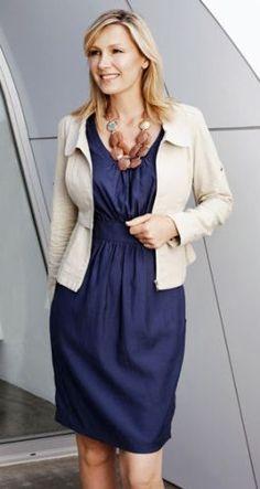 Sabe aquele vestido do fim de semana? Com um blazer ou casaquinho fica ótimo pro trabalho!