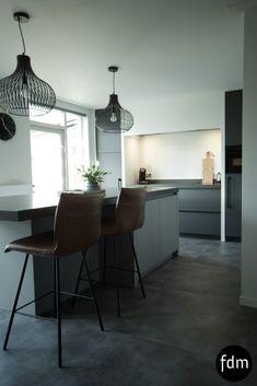Prachtige op maat gemaakte moderne keuken in de kleuren grijs en antraciet.