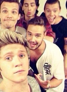 Thanks Niall for giving us 5/5 selfies. ♥