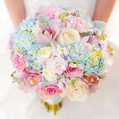 This pastel yet super colourful #weddingbouquet  #bryllupsinspirasjon #fashionbride #bride #brud #bryllup #summerwedding #weddingplanning #sommerbryllup #sommerbrud #bukett #bouquet #blomster #bryllupsblomster #pastellfarger