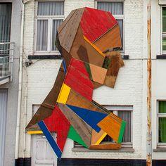 Esculturas de madeira feita com portas e móveis descartados. Artista: Strook, Bélgica;