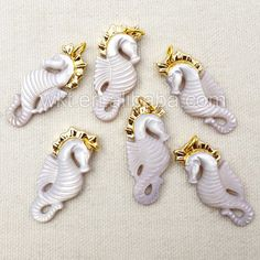 WT-P1052 New Fashion Design Hippocampus Shape Carved Natural