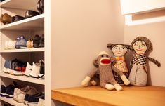 玄関の正面の壁の裏側(シューズクローゼット)には、ディスプレイしたり、鍵を置く場所がありました。  #I様邸検見川浜 #玄関収納 #下駄箱 #WIC #クローゼット #インテリア #EcoDeco #エコデコ #リノベーション #renovation #東京 #福岡 #福岡リノベーション #福岡設計事務所 Bookcase, Shelves, Home Decor, Shelving, Decoration Home, Room Decor, Book Shelves, Shelving Units, Home Interior Design