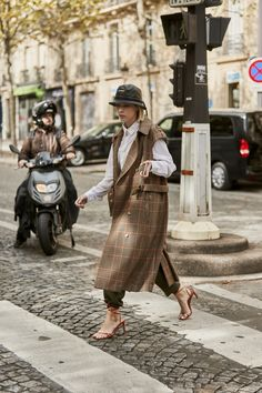 Attendees at Paris Fashion Week Spring 2020 - Street Fashion Resale Clothing, Clothing Swap, Paris Street Fashion, Tokyo Fashion, Album Design, Recycle Old Clothes, Sleeveless Coat, Cool Style, Classic Style