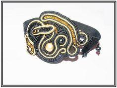 http://www.designspinka.pl/sierpniowe-niebo-bynatika/ Wspaniała bransoletka wykonana metodą haftu sutasz. Pasek bransoletki wykonany jest z zamszowej tasiemki.