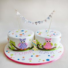 Toma si Ema au avut parte de un tort tare simpatic, decorat cu bufnite gemene si detalii in culori pastelate.  Pentru fiecare etaj cantitatea minima este de 3 kg.  Tortul din imagine a cantarit aproximativ 8 kilograme. Pret: 480 ron (pentru 3 kg). Twin Birthday Cakes, Twin Birthday Parties, Cake Bunting, Cake Decorating, Twins, Pastel, Party Ideas, Baking, Desserts