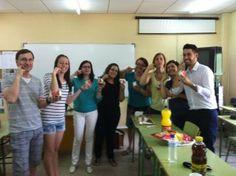 Gli alunni del Básico 2 dimostrano con un gesto inequivocabile che la panna cotta preparata da Miriam era proprio squisita! Buon appetito!!