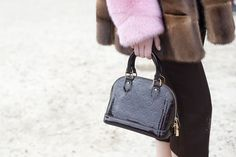 Vogue, Louis Vuitton, Fashion Backpack, Purses And Bags, Bb, Glamour, Handbags, Chic, Heels