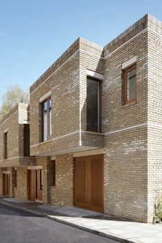 A flexible and contemporary open plan interior is wrapped in a contextually sensitive brick skin. Fine grain details and proportional references interpret the rich architectural language of historic Bloomsbury. The townhouses are adjacent to a numbe. Houses Architecture, Residential Architecture, Architecture Design, Townhouse Exterior, Modern Townhouse, Brick Images, Mews House, Residential Complex, Brick Facade