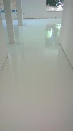 Pintura Epóxi na cor branco neve em toda a Residência, bem como, os banheiros.