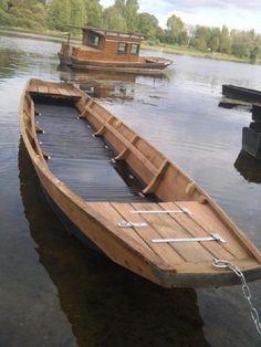 Loire Menuiserie Cul carré au premier plan et toue cabanée #boatbuilding Wooden Boat Building, Wooden Boat Plans, Plywood Boat, Wood Boats, Kayak Boats, Fishing Boats, Shanty Boat, Boat Restoration, Classic Wooden Boats
