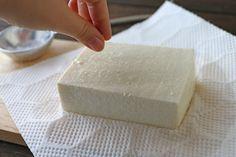 まるでモッツァレラ!? 塩と豆腐だけで作る「自家製塩豆腐レシピ」 絹ごし豆腐…1丁(300g) 塩…小さじ1 水を切った絹ごし豆腐を2枚重ねたキッチンペーパーに乗せ、全面に塩を振りなじませ、包む。バットにいれ、冷蔵庫に半日置く。水が出るので、キッチンペーパーを新しいものに変えて、さらに半日置く。豆腐から水分が抜けて、ひと廻り小さくなり、味はまるでモッツァレラチーズのようになりました。スライスしても崩れることはなく、しっかりしています。チーズのようにクセがないので食べやすいです。