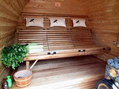 Interieur sauna model PIKKU. Deze banken zitten zeer comfortabel en zorgen er mee voor dat je langer kan genieten van je saunamoment.