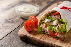 Tortillatekercs fűszeres csirkemellel és házi joghurtos öntettel - Recept | Femina Shawarma, Grilled Meat, Wooden Background, Fresh Rolls, Bagel, Mexican, Vegetables, Ethnic Recipes, Food