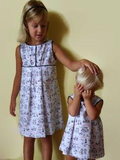 Inger y Sofía con vestidos de motivos náuticos.
