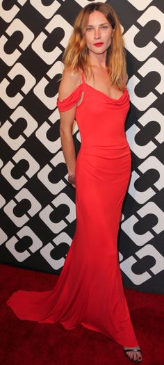 How gorgeous is this red @DVF gown (that train!) on Erin Wasson??