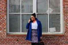 Plus size printed pencil skirt, white shirt and blue cobalt coat + orange statement necklace / Jupe crayon imprimé, blouse blanche et manteau bleu cobalt grande taille + collier nœud orange http://anaispenelope.blogspot.fr/2015/03/be-proud-woman.html