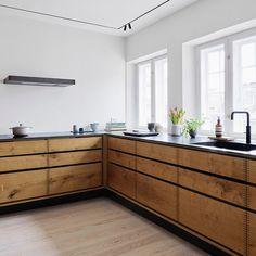 Lad dig forføre af dette eksklusive snedkerkøkken fra I et køk. Kitchen Island Decor, Kitchen Board, Kitchen Sets, Home Decor Kitchen, New Kitchen, Home Kitchens, Kitchen Dining, Kitchen Cabinets, Long Kitchen