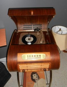 1940's radio / turntable. Unique and visually stunning