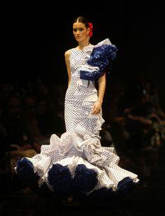 Desfile de Pedro Béjar, «La versión de Manuela», en Simof 2016. Raúl Doblado Fashion Art, Fashion Show, Fashion Outfits, Vintage Outfits, Spanish Dress, Spanish Fashion, Blue And White Dress, Gypsy Dresses, Ballroom Dress