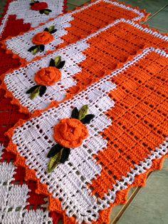 Jogo de tapetes para cozinha com 3 peças nas cores: Passadeira com tamanho de 1,50/0,50 na cor vermelho com branco 2 tapetes laranja com branco tamanho 0,70/050 Podendo ser confeccionado na cor desejada por encomenda com 20 dias para produção Crochet Boat, Crochet Doily Rug, Crochet Owls, Filet Crochet, Easy Crochet, Knit Crochet, Cross Stitch Patterns, Knitting Patterns, Crochet Patterns