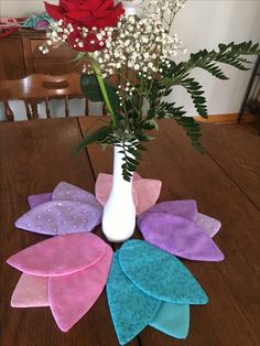Different flower shaped placemats for spring Table Runner And Placemats, Table Runner Pattern, Quilted Table Runners, Fabric Crafts, Sewing Crafts, Sewing Projects, Diy Bath Mats, Easter Crafts, Christmas Crafts