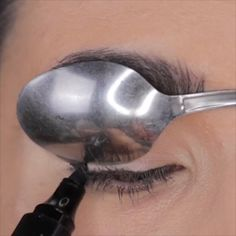TOP EYELINER HACKS up for brown eyes ideas ideen fasching products tutorial videos Makeup Makeup Eyeliner Hacks, No Eyeliner Makeup, Skin Makeup, Makeup Hacks, Eyeliner Waterline, Apply Eyeliner, Eyeliner Styles, Winged Eyeliner, Prom Makeup
