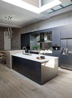Frans eiken vloer in de keuken met strakke, moderne afwerking. kijk voor meer inspiratie op http://dutchdesignflooring.nl/frans-eiken-vloer/