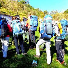 Partiu Montanha? Foto de Ana Licia Sudo instruções e orientação antes de iniciar a trilha. Em julho tem mais #PicodoParana  #AltaMontanha #GentedeMontanha #ProntoparaAventura #Alpinism #Montanhismo #Mountain #Garmin #Deuter #GarminBrasil #Spot #Spotbr