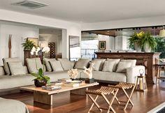 Tem coisa mais aconchegante que a combinação: Sofázão, piso de madeira e plantas dentro de casa?