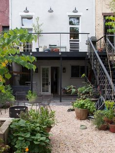 68 trendy ideas for backyard patio concrete stairs Concrete Patios, Casa Patio, Backyard Patio, Patio Stairs, Exterior Stairs, Outdoor Spaces, Outdoor Living, Outdoor Kitchens, Balkon Design