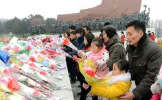 위대한 수령 김일성동지와 위대한 령도자 김정일동지의 동상에 새해를 맞으며 인민군장병들과 각계층 근로자들, 청소년학생들 꽃바구니 진정-《조선의 오늘》