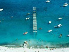 Estate italiana: tra citazioni di Bruno Munari, spiagge libere e cieli immensi.