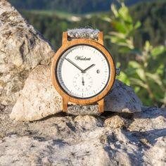 Wein trifft alpines Lebensgefühl - das ist das Motto dieser zeitlos schönen Holzuhr aus Barrique Weinfass. Die Raffinesse an dieser klassisch schönen Armbanduhr von Waidzeit ist die kleine Sekunde und das weiße Ziffernblatt. Zudem verfügt der Zeitmesser über eine funktionale Datumsanzeige. Wood Watch, Motto, Wine Cask, Bracelet Watch, Classic, Nice Asses, Wooden Clock, Mottos