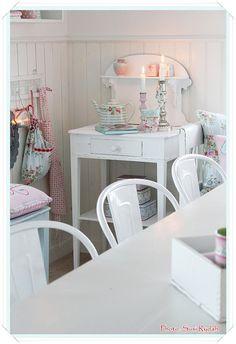 Sommerhusliv hele året...: Nye stole i køkkenet.