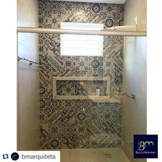 Os ladrilhos da linha #emporiodecor são sucesso absoluto. Este banheiro da arquiteta Bianca Monteiro ❤❤❤❤ #inlove @bmarquiteta #Repost @bmarquiteta with @repostapp ・・・ Detalhes em azul e branco neste banheiro revestido com ladrilhos @santaladrilhos . Projeto @bmarquiteta #arquitetabiancamonteiro #bmarquiteta #arquitetura #banheiro #ladrilho #nicho #azulebranco #bathroom
