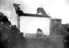 Primeira missa campal na capela que os populares construíram no local das aparições e que foi alvo de um atentado à bomba em Março de 1922. A capelinha seria mais tarde reconstruída, depois.