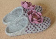 Estas zapatillas de fieltro están hechos de lana de oveja natural y tienen una suela de cuero. Esta lana es gruesa, fuerte y suave al mismo tiempo, estas zapatillas te servirá por mucho tiempo y serán muy cómodos para el desgaste diario.  Estas zapatillas de fieltro se ajustan perfectamente para uso interior. Zapatillas dejará tus pies respirar la piel, debido a propiedades de la lana y porque se realizan utilizando sólo productos 100% naturales. Suela de cuero.  Esto es sólo un ejemplo…
