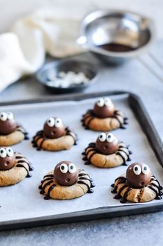 Peanut Butter Spider Cookies with Lindt Lindor Chocolate Truffles - the cutest Halloween treats! Peanut Butter Spider Cookies with Lindt Lindor Chocolate Truffles - the cutest Halloween treats! Halloween Snacks, Buffet Halloween, Hallowen Food, Halloween Cookie Recipes, Dessert Halloween, Halloween Chocolate, Halloween Spider, Healthy Halloween Treats, Halloween Baking