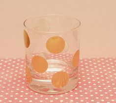 How cute is this DIY polka dot etched glass? Click for the step-by-step instructions and make it at home!